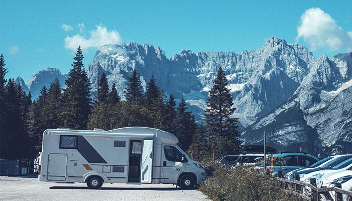 Wohnmobil vor Bergkulisse